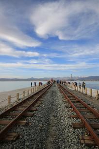 湖面上的窄轨铁路