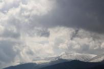 浓云密布的雪山