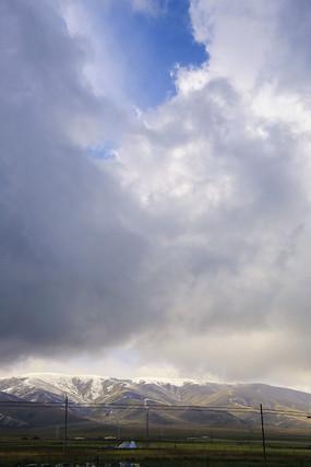 雪山上浓云密布