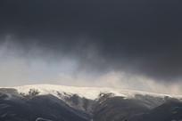 雪山上乌云盖鼎
