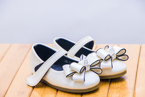 一双带有蝴蝶结的女童鞋子