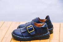 一双黑色大气的儿童小皮鞋