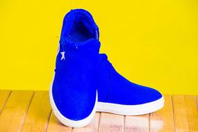 一双蓝色的男童鞋子