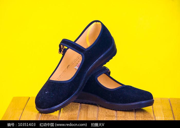 一双妈妈款的生活鞋子图片