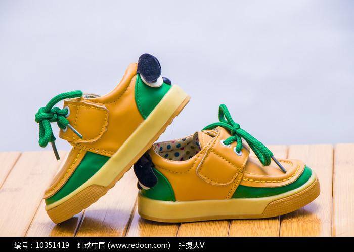 一双时尚黄绿色的儿童鞋子图片