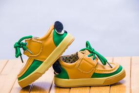 一双时尚黄绿色的儿童鞋子