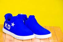 一双天蓝色的儿童板鞋