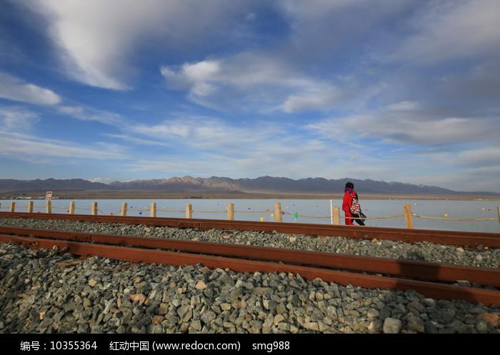 窄轨铁路穿过湖面图片