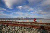 窄轨铁路穿过湖面