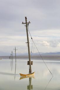 茶卡盐湖电线杆小船倒影