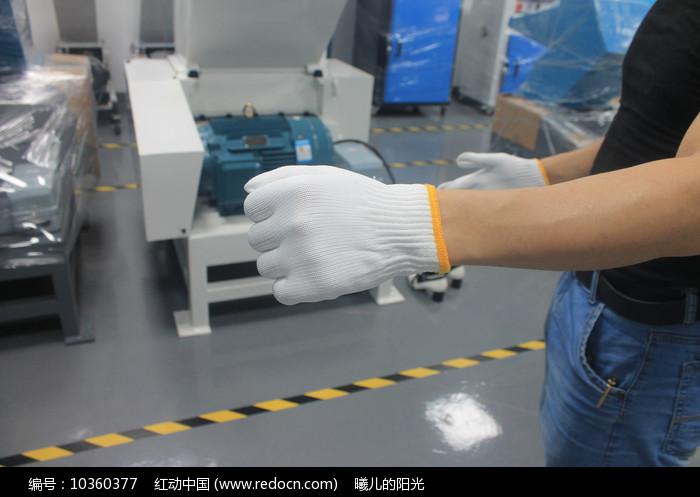 戴白色手套工人手部特写图片