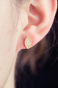 耳朵上的耳钉