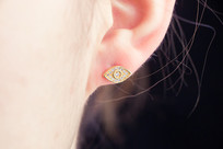耳朵上菱形的耳钉