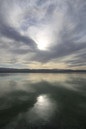 浓云密布的盐湖
