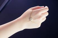 手背上的一个圆形手链