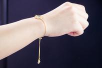 手腕上的金饰手链