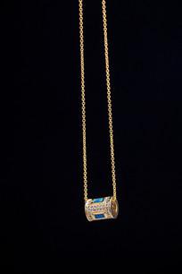 一个金饰项链