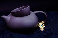 一件茶壶旁的耳坠