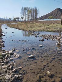 春天的小河沟