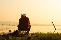 黄昏下钓鱼的老头儿