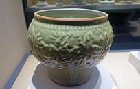 明代龙泉窑青瓷缠枝花卉纹罐