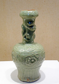 明代龙泉窑青瓷印花双龙缠枝菊纹瓶