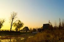 湿地公园旁黄昏下的小木屋