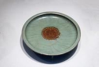 元代龙泉窑青瓷露胎菊瓣纹盘