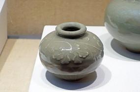元代龙泉窑青瓷印花小罐