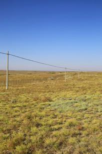草原上的电线杆