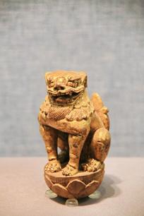鎏金木雕坐狮