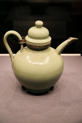 辽代越窑鹦鹉纹青瓷执壶