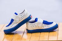 一双透气的蓝色鞋子