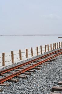 湖畔小火车铁轨