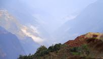 云遮雾罩的怒江大峡谷