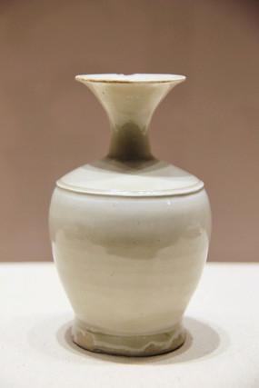 北宋定窑白釉喇叭口瓶