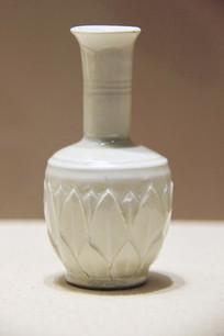 北宋定窑白釉莲纹长颈瓶
