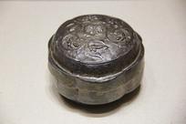 北宋錾花瓣形刻字银盒