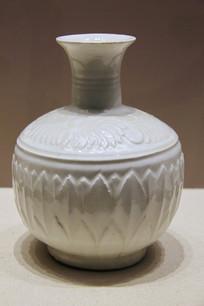 定窑白釉莲纹长颈瓶