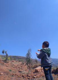 放风筝的小男孩