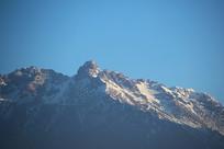 蓝天下的雪山冰川