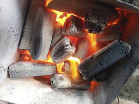 旺盛的木炭火