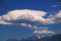 雪山上的白云