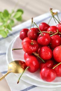 红的发亮樱桃