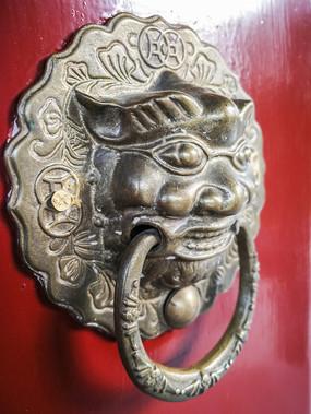 红色大门上的铜质门环辅首