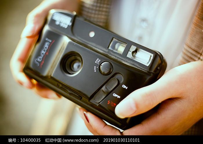 手拿复古傻瓜相机 图片