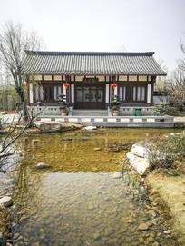 园林建筑水塘边的古代房屋
