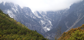 云遮雾罩的玉龙雪山