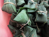 一堆包好的粽子