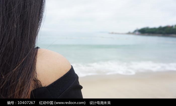 看海的美女图片